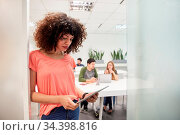 Junge afrikanische Business Frau als Praktikantin oder Trainee im... Стоковое фото, фотограф Zoonar.com/Robert Kneschke / age Fotostock / Фотобанк Лори