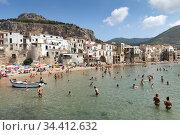 Cefalu, Italy - Boats on the city beach, Sicily (2018 год). Редакционное фото, агентство Caro Photoagency / Фотобанк Лори