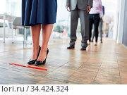 Mitarbeiter halten zwei Meter Abstand im Büro mit Hilfe von Distanz... Стоковое фото, фотограф Zoonar.com/Robert Kneschke / age Fotostock / Фотобанк Лори