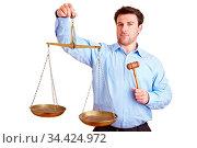 Richter hält eine Balkenwaage und einen Richterhammer. Стоковое фото, фотограф Zoonar.com/Robert Kneschke / age Fotostock / Фотобанк Лори