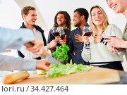 Eisbergsalat mit Messer schneiden für gemeinsames Essen mit Freunden... Стоковое фото, фотограф Zoonar.com/Robert Kneschke / age Fotostock / Фотобанк Лори
