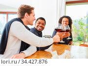 Gruppe Männer als Freunde trinken zusammen Glas roten Wein und lachen... Стоковое фото, фотограф Zoonar.com/Robert Kneschke / age Fotostock / Фотобанк Лори