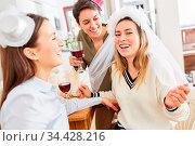 Lachende Freundinnen feiern zu Hause zusammen mit Braut auf Junggesellinnenabschied... Стоковое фото, фотограф Zoonar.com/Robert Kneschke / age Fotostock / Фотобанк Лори