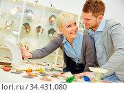 Glückliches Paar beim Juwelier sucht sich Schmuck aus. Стоковое фото, фотограф Zoonar.com/Robert Kneschke / age Fotostock / Фотобанк Лори