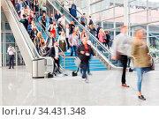 Anonyme verschwommene Menge Menschen auf Business Messe oder Kongress. Стоковое фото, фотограф Zoonar.com/Robert Kneschke / age Fotostock / Фотобанк Лори