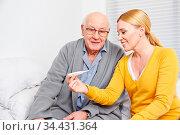 Frau und Senior zu Hause schauen auf ein Fieberthermometer. Стоковое фото, фотограф Zoonar.com/Robert Kneschke / age Fotostock / Фотобанк Лори
