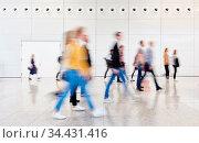 Anonyme Gruppe Geschäftsleute auf Messe oder Konferenz. Стоковое фото, фотограф Zoonar.com/Robert Kneschke / age Fotostock / Фотобанк Лори