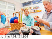 Senioren beim häkeln zusammen im Handarbeit Kurs oder als Hobby im... Стоковое фото, фотограф Zoonar.com/Robert Kneschke / age Fotostock / Фотобанк Лори