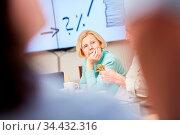 Nachdenkliche Seniorin als Rentnerin in einem Seminar oder Kurs über... Стоковое фото, фотограф Zoonar.com/Robert Kneschke / age Fotostock / Фотобанк Лори