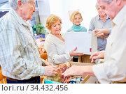 Ehrenamtliche Senioren bei einer Kleiderspende Aktion für Bedürftige... Стоковое фото, фотограф Zoonar.com/Robert Kneschke / age Fotostock / Фотобанк Лори