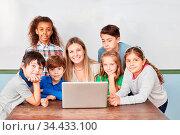 Schüler in Klasse einer Grundschule mit Lehrer am Laptop Computer... Стоковое фото, фотограф Zoonar.com/Robert Kneschke / age Fotostock / Фотобанк Лори