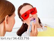 Zahn-Bleaching durch Lasertherapie beim Zahnarzt. Стоковое фото, фотограф Zoonar.com/Robert Kneschke / age Fotostock / Фотобанк Лори