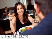 Paar beim gemeinsamen Abendessen im Restaurant. Стоковое фото, фотограф Zoonar.com/Robert Kneschke / age Fotostock / Фотобанк Лори