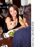 Frau im Restaurant lässt Mann von Salat kosten. Стоковое фото, фотограф Zoonar.com/Robert Kneschke / age Fotostock / Фотобанк Лори