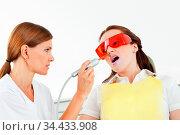 Frau bekommt Bleaching ihrer Zähne beim Zahnarzt. Стоковое фото, фотограф Zoonar.com/Robert Kneschke / age Fotostock / Фотобанк Лори