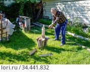 Пожилой мужчина колет дрова на даче. Стоковое фото, фотограф Галина Савина / Фотобанк Лори