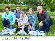 Six people family portrait at weekend picnic, senior grandparents, adult single father, preteen age girl and boy, toddler girl. Стоковое фото, фотограф Кекяляйнен Андрей / Фотобанк Лори