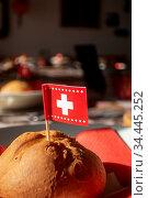 Schweizer Flagge auf einem Brötchen. Стоковое фото, фотограф Zoonar.com/Bernd Juergens / easy Fotostock / Фотобанк Лори