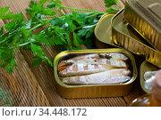 Salty fillet of mackerel in sunflower oil in open tin can. Стоковое фото, фотограф Яков Филимонов / Фотобанк Лори