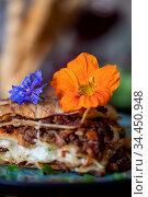 Frische Lasagne auf einem blauen Teller. Стоковое фото, фотограф Zoonar.com/Bernd Juergens / easy Fotostock / Фотобанк Лори