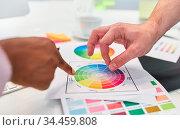 Hände von zwei Grafikdesignern zeigen auf Farbpalette beim Brainstorming. Стоковое фото, фотограф Zoonar.com/Robert Kneschke / age Fotostock / Фотобанк Лори