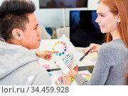 Grafikdesigner im Start-Up Team diskutieren eine Idee zum Farbdesign... Стоковое фото, фотограф Zoonar.com/Robert Kneschke / age Fotostock / Фотобанк Лори