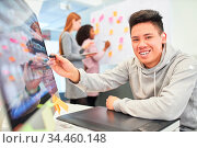 Kreativer Grafikdesigner freut sich über eine Idee für das Layout... Стоковое фото, фотограф Zoonar.com/Robert Kneschke / age Fotostock / Фотобанк Лори