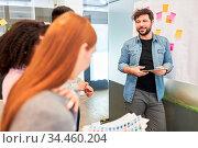 Business Mann hält ein Referat zur Projekt Entwicklung im Brainstorming... Стоковое фото, фотограф Zoonar.com/Robert Kneschke / age Fotostock / Фотобанк Лори