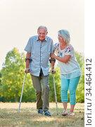 Alter Mann geht mit Krückstock in der Natur spazieren mit Hilfe seiner... Стоковое фото, фотограф Zoonar.com/Robert Kneschke / age Fotostock / Фотобанк Лори