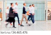 Anonyme Geschäftsleute gehen durch Büro oder auf Konferenz. Стоковое фото, фотограф Zoonar.com/Robert Kneschke / age Fotostock / Фотобанк Лори
