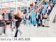 Große anonyme Menge Business Leute auf Treppe am Flughafen oder Einkaufszentrum. Стоковое фото, фотограф Zoonar.com/Robert Kneschke / age Fotostock / Фотобанк Лори