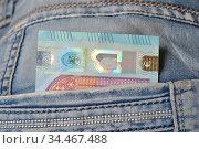 Двадцать евро в кармане джинсов, деньги на карманные расходы. Стоковое фото, фотограф александр афанасьев / Фотобанк Лори