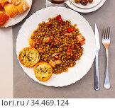 Plate of stewed beans with ham on table. Стоковое фото, фотограф Яков Филимонов / Фотобанк Лори