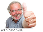 Jubelnder lachender Rentner hält seinen Daumen hoch. Стоковое фото, фотограф Zoonar.com/Robert Kneschke / age Fotostock / Фотобанк Лори
