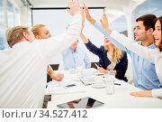 Hände von Geschäftsleuten geben sich High Five beim Business Meeting. Стоковое фото, фотограф Zoonar.com/Robert Kneschke / age Fotostock / Фотобанк Лори