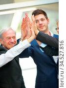 Hände von Geschäftsleuten geben sich High Five im Büro. Стоковое фото, фотограф Zoonar.com/Robert Kneschke / age Fotostock / Фотобанк Лори