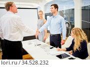 Geschäftsleute beim Hände schütteln vor dem Business Meeting. Стоковое фото, фотограф Zoonar.com/Robert Kneschke / age Fotostock / Фотобанк Лори