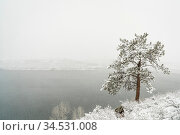 Mountain lake in a heavy April snowstorm - Horsetooth Reservoir in... Стоковое фото, фотограф Zoonar.com/Marek Uliasz / easy Fotostock / Фотобанк Лори