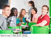 Gruppe Schüler lacht gemeinsam im Unterricht in der Schule. Стоковое фото, фотограф Zoonar.com/Robert Kneschke / age Fotostock / Фотобанк Лори
