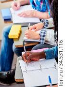 Schüler schreiben mit in der Schule im Unterricht. Стоковое фото, фотограф Zoonar.com/Robert Kneschke / age Fotostock / Фотобанк Лори