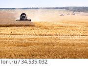 Combine harvester in action, finishing the line on agricultural field, harvesting, horizontal image. Стоковое фото, фотограф Кекяляйнен Андрей / Фотобанк Лори
