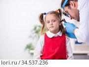 Small girl visiting young male doctor otorhinolaryngologist. Стоковое фото, фотограф Elnur / Фотобанк Лори