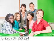 Gruppe Teenager als Schüler mit Lehrerin in der Schule. Стоковое фото, фотограф Zoonar.com/Robert Kneschke / age Fotostock / Фотобанк Лори
