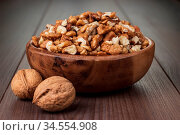 Walnuts in the brown wooden bowl on table. Стоковое фото, фотограф Zoonar.com/Ruslan Ropat / age Fotostock / Фотобанк Лори