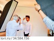 Mann als Modell posiert für Fotograf beim Fotoshooting für Porträtfotos. Стоковое фото, фотограф Zoonar.com/Robert Kneschke / age Fotostock / Фотобанк Лори