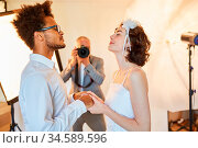 Hochzeitsfotograf fotografiert glückliches Brautpaar am Hochzeitstag... Стоковое фото, фотограф Zoonar.com/Robert Kneschke / age Fotostock / Фотобанк Лори