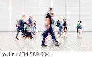 Viele verschwommene anonyme Geschäftsleute gehen zu Konferenz oder... Стоковое фото, фотограф Zoonar.com/Robert Kneschke / age Fotostock / Фотобанк Лори
