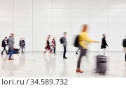 Viele anonyme Leute gehen durch Halle im Flughafen auf Reisen. Стоковое фото, фотограф Zoonar.com/Robert Kneschke / age Fotostock / Фотобанк Лори