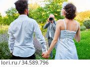 Hochzeitsfotograf macht Fotos vom Brautpaar in der Natur am Hochzeitstag. Стоковое фото, фотограф Zoonar.com/Robert Kneschke / age Fotostock / Фотобанк Лори