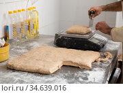 Baker portioning dough. Стоковое фото, фотограф Яков Филимонов / Фотобанк Лори